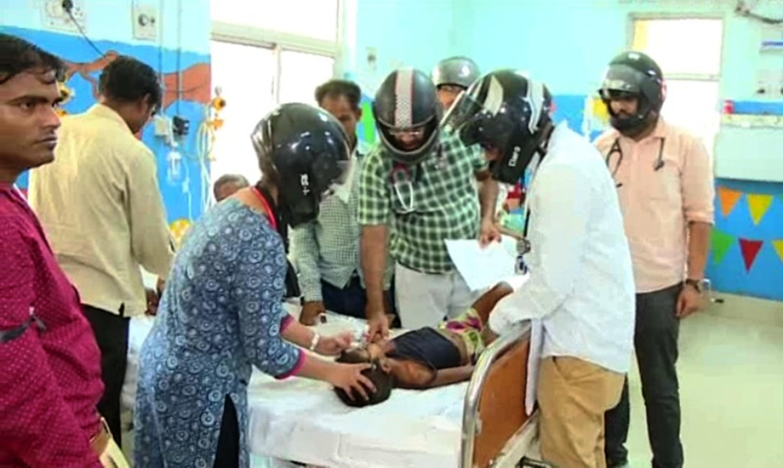 इस अस्पताल में डॉक्टर हेलमेट पहन कर मरीजों का करते इलाज !
