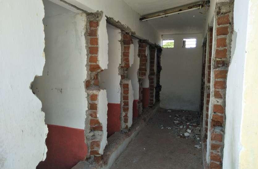पंप हाउस बनाने शौचालय के दरवाजे निकाले