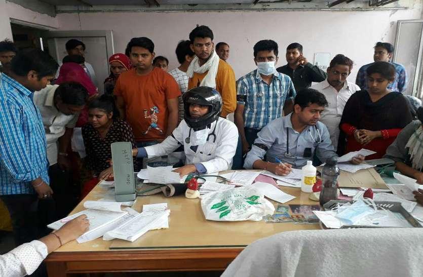 कोलकाता में डॉक्टर्स पर हमला : जयपुर में काली रिबन बांध, हेलमेट पहन डॉक्टर्स ने देखे मरीज, जताया विरोध