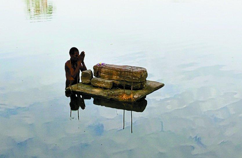 रहस्य: नदी के बीच में विराजित हैं ये पत्थर, कही भी रखो सुबह वहीं मिलता है स्थापित