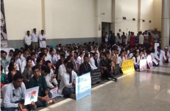Doctors Strike: कोलकाता में दो डाक्टरों पर हमले के विरोध में एम्स भुवनेश्वर में हड़ताल