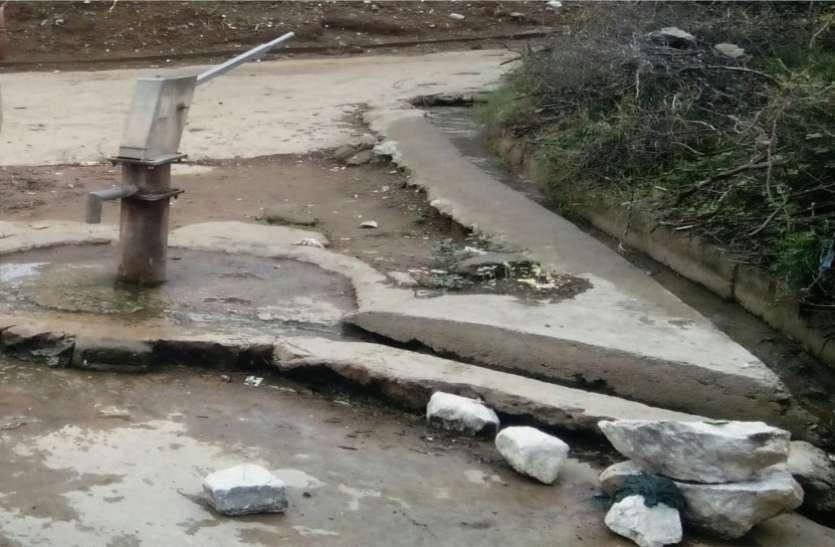 अधिकारी के घर फायर बिग्रेड से पानी सप्लाई