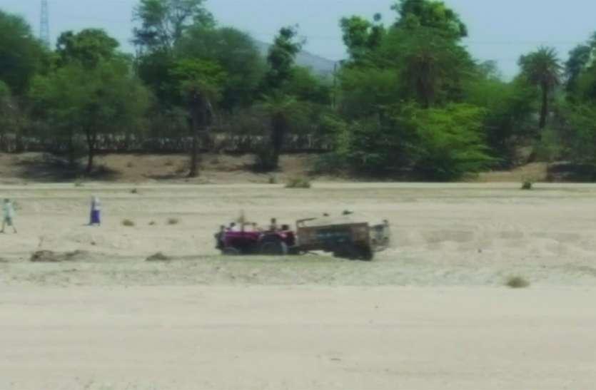 जिले के सीमांत क्षेत्रों में खूब फल-फूल रहा बजरी माफिया