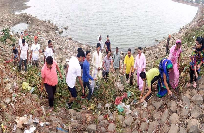 लोगों ने तालाब से निकाला कचरा नन्हे-नन्हे भागीरथियों ने भी बंटाया हाथ