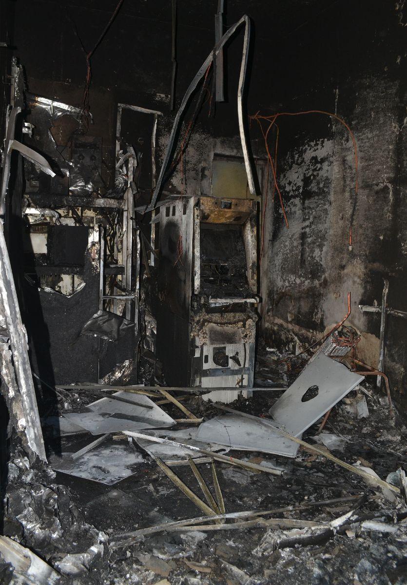 एटीएम से निकली आग की लपटों से बैंक में तबाही....