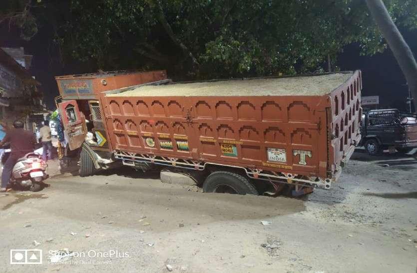 नाकाबंदी के बाद भी शहर में आया बजरी का ट्रक