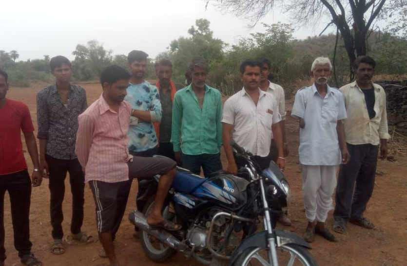 चोरी की योजना बना रहे तीन युवक बाइक छोड़कर भागे, ग्रामीण पूरी रात करते रहे पुलिस का इंतजार