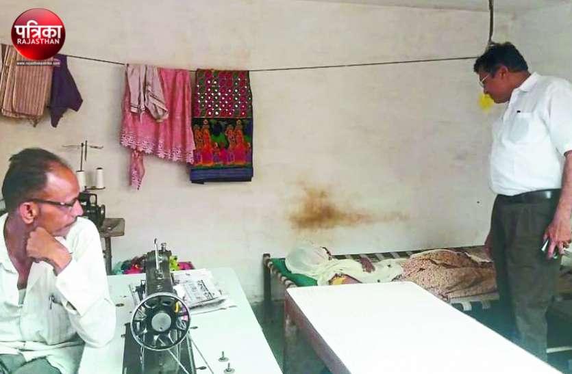 बांसवाड़ा : चिकित्सा विभाग की टीम निकली निरीक्षण पर, मरीज को दर्जी की दुकान पर लिटा भागा फर्जी डॉक्टर