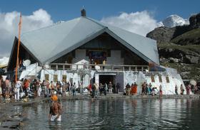 Uttarakhand: हेमकुंड साहिब-यात्रा में पिघलते हिमखंड बने श्रद्धालुओं के लिए खतरा, एसडीआरएफ की निगरानी में यात्रा जारी