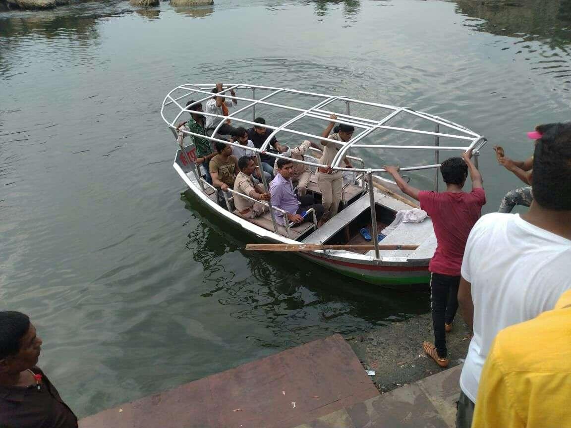 नाव से घटनास्थल पर पहुंची भेड़ाघाट पुलिस