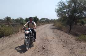 7 किलोमीटर की जर्जर सडक़ को पार जाते सैंकड़ों ग्रामीण परेशान