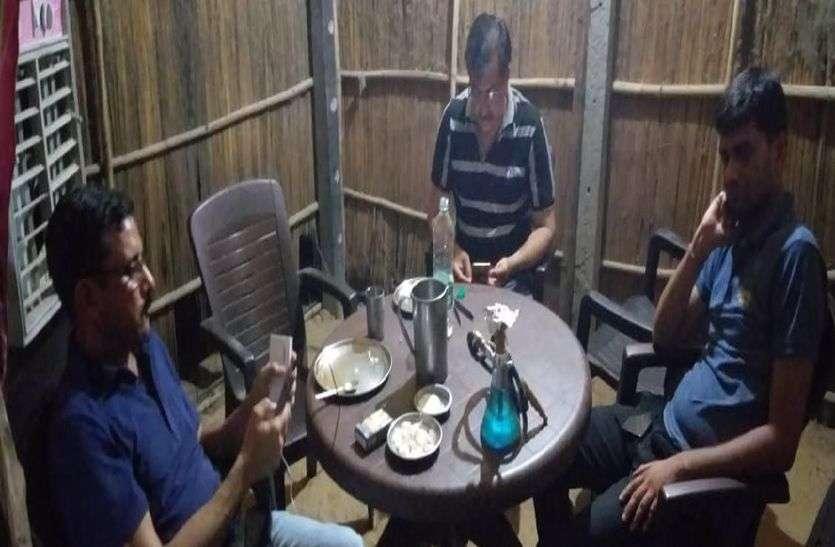 देर रात हुक्का बार पर कार्रवाई, पुलिस की देरी से शराब गायब करने का आरोप