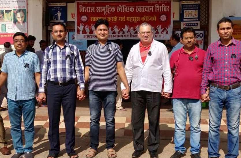 कोलकाता में डॉक्टर से मारपीट की घटना का विरोध, काली पट्टी बांध जांची मरीजों की सेहत