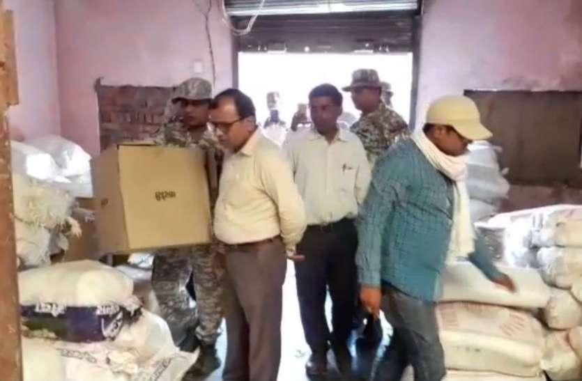 VIDEO: सुहागनगरी में पॉलीथिन जब्त करने की चली कार्रवाई तो दुकानदारों के उड़ गए होश, इस हालत में मिला पॉलीथिन का जखीरा