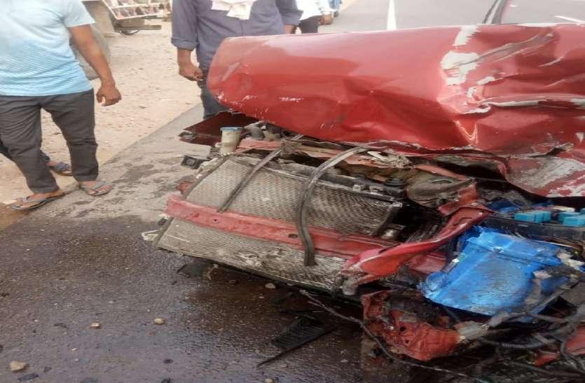 जयपुर में शाहपुरा-दौसा मनोहरपुर हाइवे पर शनिवार सुबह एक कार खड़े ट्रक में जा घुसी जिससे उसमें सवार सीकर निवासी दो सगे भाइयों सहित तीन की दर्दनाक मौत हो गई।