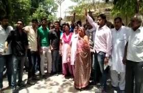 VIDEO: बीजेपी विधायक के खिलाफ लोगों का भड़का गुस्सा, प्रदर्शन कर जमकर की नारेबाजी