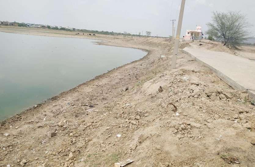 निखरने लगा है मालपुरा के बम्ब तालाब का सौन्दर्य, अमृतं जलम् अभियान में जुट रहे लोग