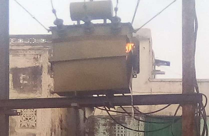 गर्मी में लोड के कारण जल रहे ट्रांसफार्मर, शहरी क्षेत्र में बिजली अमले का बढ़ा काम