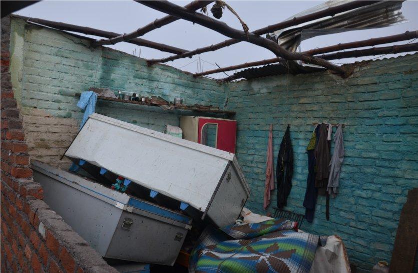 video: तेज आंधी, बारिश से घरों के उड़े छप्पर, टूटे बिजली के खंभे, पेड़, घरों में भरा पानी