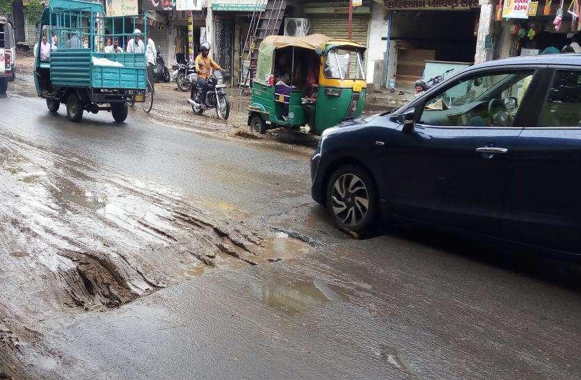 खुदी सड़कें, बारिश में भरता पानी