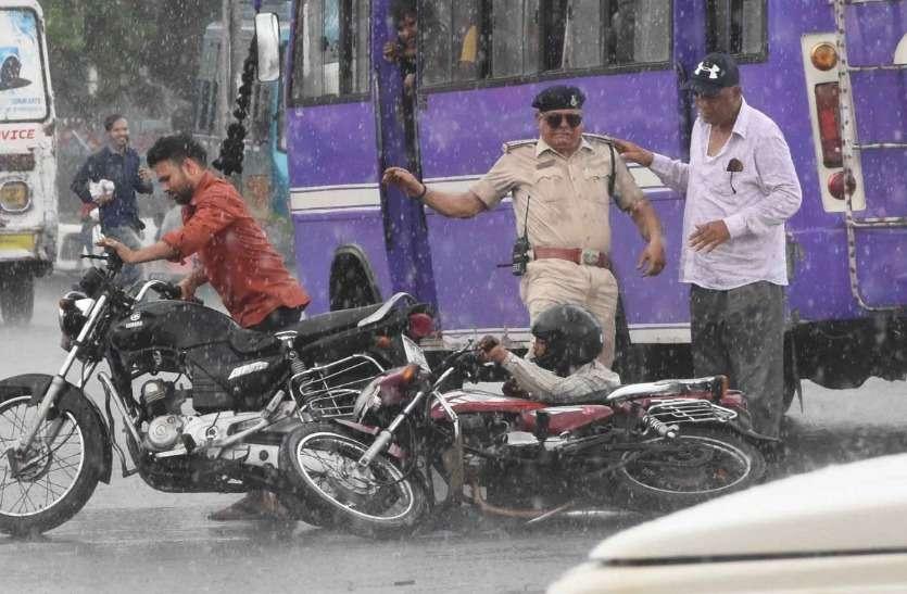 गजब है भोपाल पुलिस! टक्कर के बाद गिरेंंगे तो उठाएगी नहीं लात मारेगी