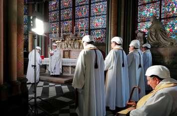 पेरिस: आगजनी के बाद नोट्रे-डेम कैथेड्रल में पहली बार हुई पूजा
