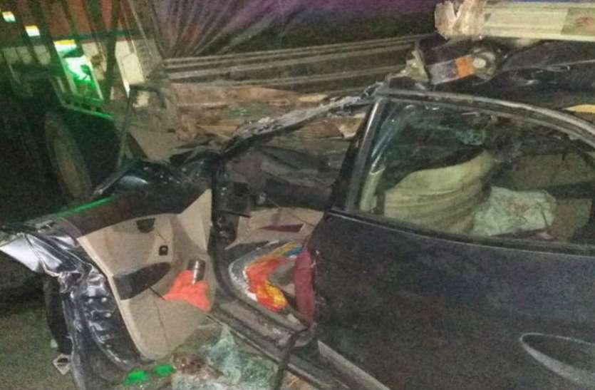 आगरा—लखनऊ एक्सप्रेस वे पर दुर्घटनाग्रस्त हुई कार महिला की मौत, मुंडन कराकर बिहार से नोएडा लौट रहा था परिवार, देखें वीडियो
