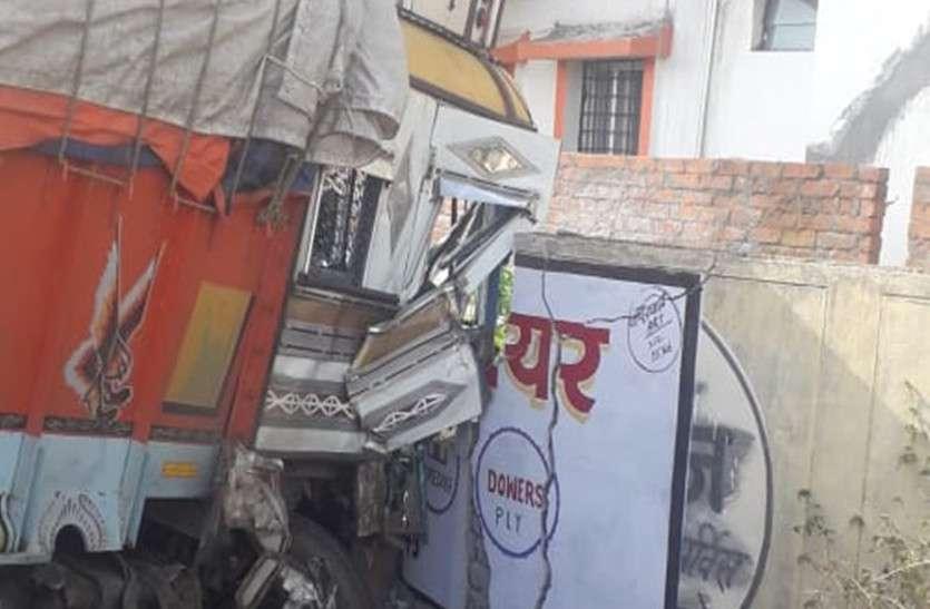 सर्फ-साबुन से भरे ट्रक का टायर फटा, सामने से आ रही पिकप को ठोकर मारते हुए बाउंड्रीवाल से टकराया, चालक की मौत