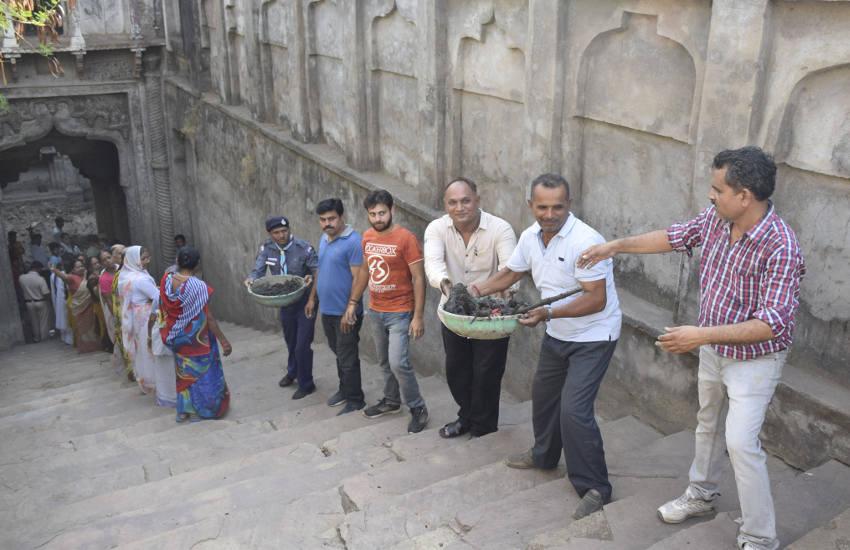बावड़ी के कुएं में सफाई करने उतरे  गांव के लोग