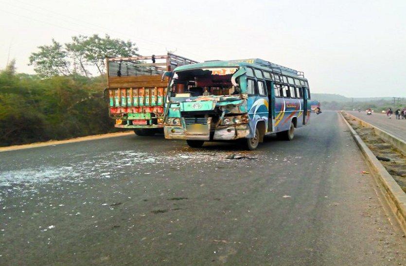 बड़ी खबर : बस और कंटेनर में भिड़ंत, 25 यात्री घायल