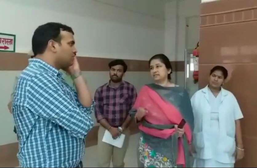 VIDEO: जिला अस्पताल में अचानक पहुंच गए डीएम, हालात देखकर लगाई फटकार