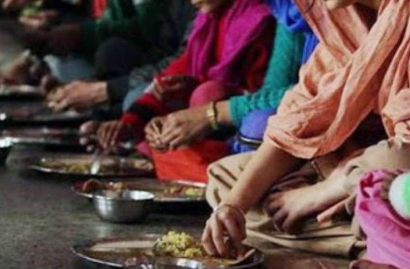 डाइनिंग टेबल पर नहीं... जमीन पर बैठकर खाएं खाना, ये हैं फायदे