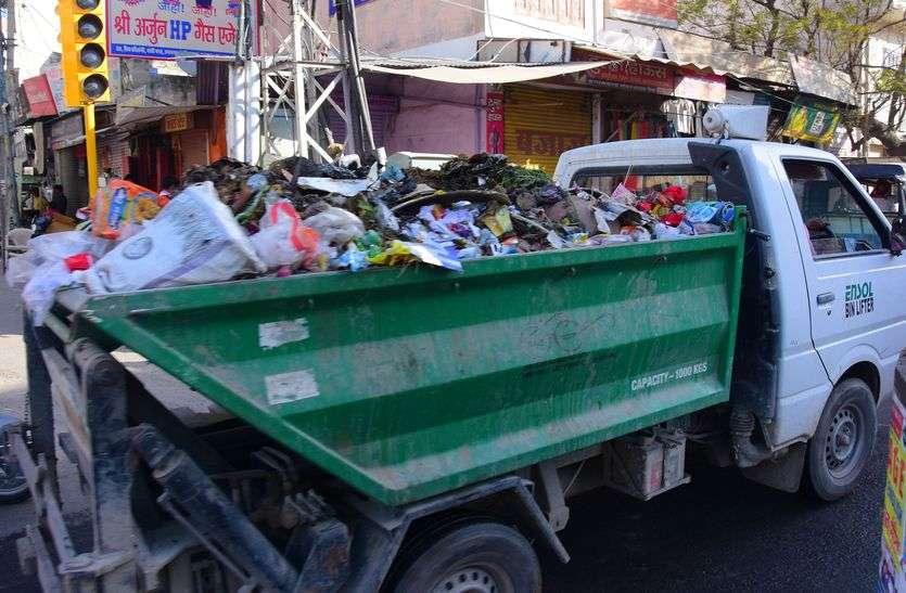 बिना ढ़के दौड़ रहे कचरे से भरे वाहन