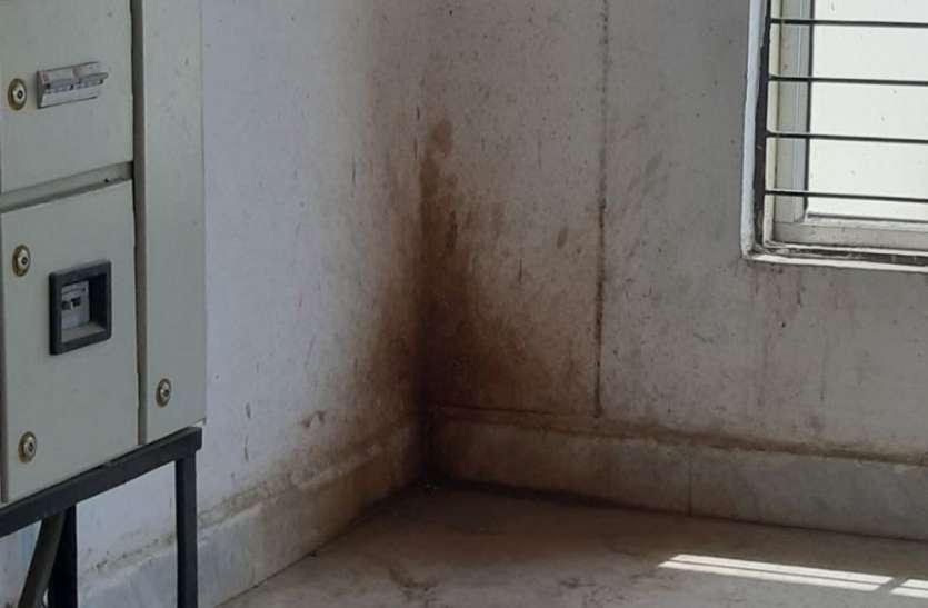 जहां लिखी जुर्माने की चेतावनी वहीं पर बना दिया पीकदान, कलेक्ट्रेट के दीवारों को बनाया बदरंग