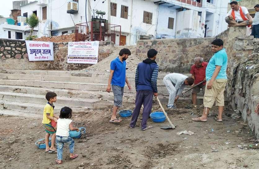 video: Amritam Jalam: मालपुरा बम्ब तालाब में एक दशक बाद जनाना घाट पर नजर आने लगी सीढिय़ां, अमृतं जलम् अभियान में भगीरथों ने किया श्रमदान