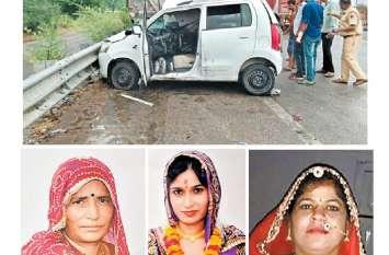 खड़े ट्रेलर में घुसी कार, मां-बेटी और पड़ोसन की मौत