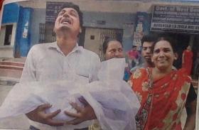 दिल को झकझोर देगी नवजात का शव लिए इस बेबस पिता की तस्वीर, देश में इंसानियत धीरे-धीरे तोड़ रही है दम