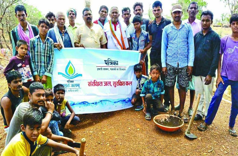 20साल से तालाब को सहेजने में जुटे ग्राम ओटेबंद के तीन बुजुर्गों के साथ सफाई में जुट गया पूरा गांव
