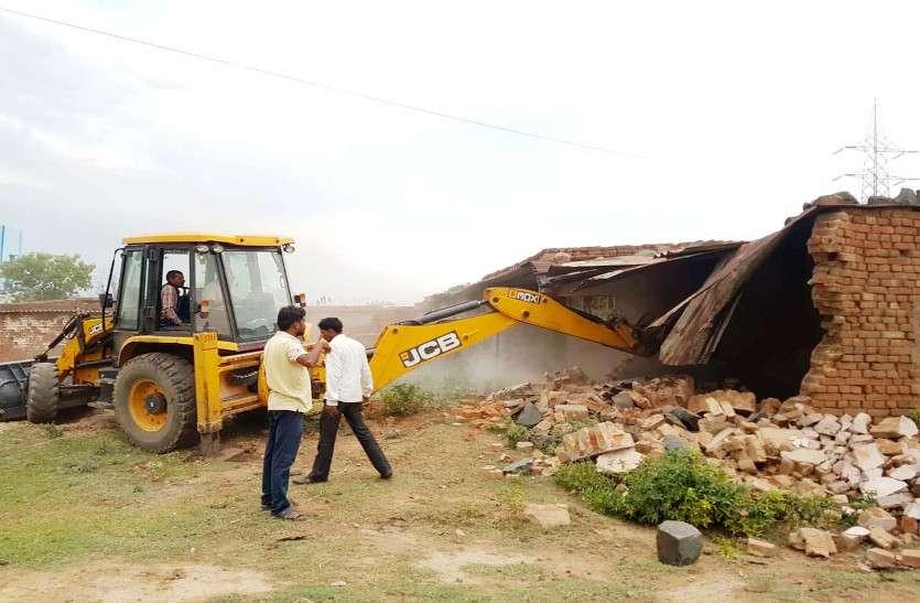 गेरवाघाट पुल के पास नदी और नाले के बीच अतिक्रमण में बने मकानों को निगम ने तोड़ा