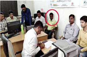 ढाई हजार रुपए के लिए डोला ग्राम विकास अधिकारी का ईमान, घूस लेते रंगे हाथों धरा गया
