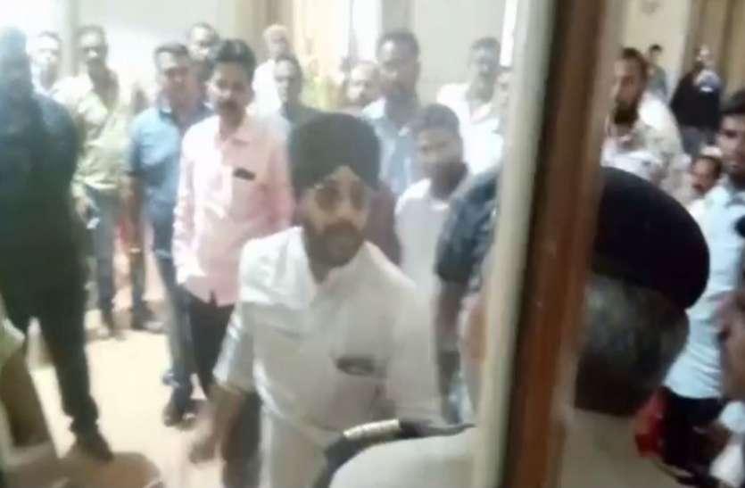 कांग्रेस नेता की 'गुंडागर्दी', मंत्री की पीसी में जाने से रोका तो ड्यूटी कर रहे पुलिसवाले को पीटा, कहा- मैं प्रवक्ता हूं