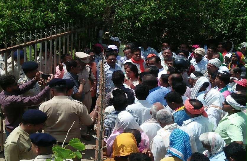 कर्जमाफी समेत 11 सूत्री मांगों को लेकर जिला किसान संघ ने कलेक्ट्रेट में किया प्रदर्शन