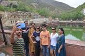अलवर में मौसम का मिजाज बदलने के बाद पर्यटक पहुंचे बाला किला, वहां जमकर किया Enjoy , देखें वीडियो