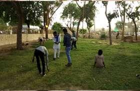 युवाओं ने पार्क में किया श्रमदान