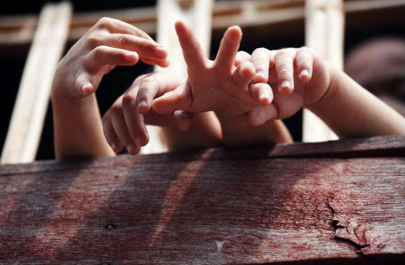 महिला ने चार मासूम बच्चों को बंधक बनाकर जमकर धुना फिर प्राइवेट पार्ट में  भर दी मिर्च, जानिए हैरान कर देने वाला मामला!