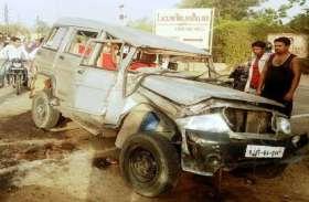 सड़क किनारे रखे पाइप से टकरा बोलेरो पलटी, 8 जने घायल