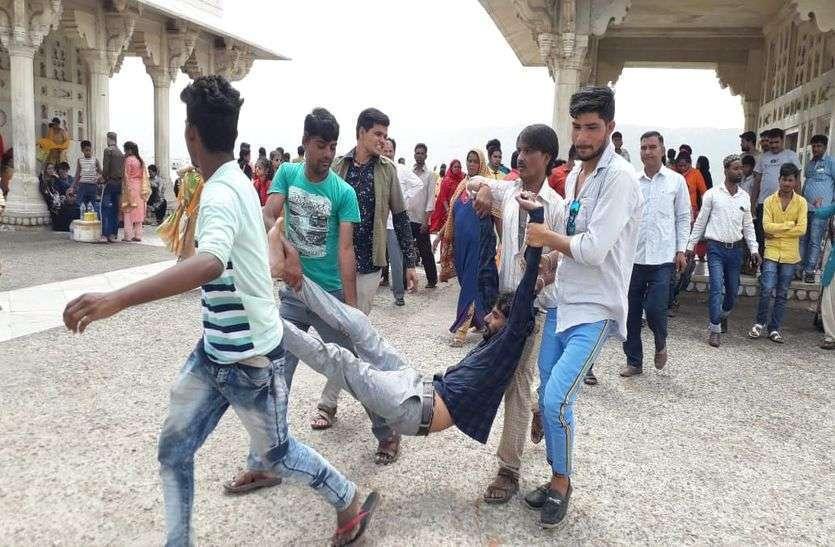 anasagar lake : Addicts jump up in the lake