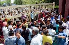 जेके फैक्ट्री के द्वार पर नौगामा के ग्रामीणों का धरना, 22 घंटे में साढ़े 5 करोड़ का कारोबार प्रभावित
