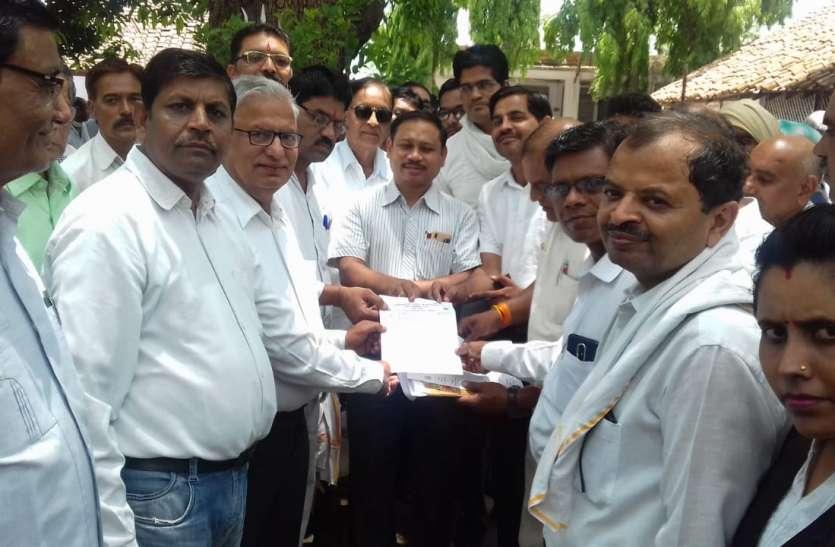 काम से विरत रहकर अधिवक्ताओं ने सौंपा मुख्यमंत्री के नाम ज्ञापन