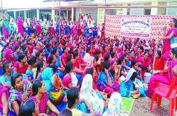 रमन सरकार के स्मार्ट फोन की खुली पोल, इधर आंगनबाड़ी कार्यकर्ताओं की मांग सुनकर CM भूपेश के उड़े होश